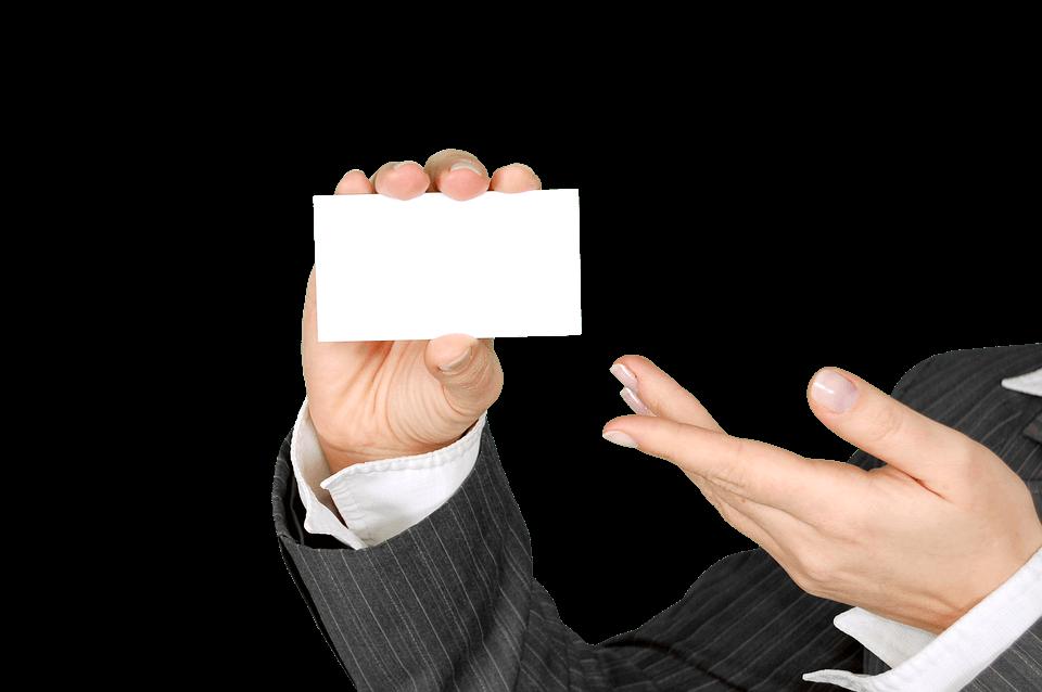白いカードを手に持つビジネスマン