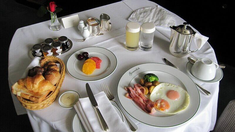 ホテルのレストランで朝食を食べる