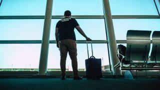 搭乗を待つ男性