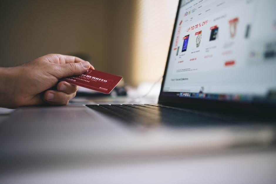 クレジットカードを手にネットショップを楽しむ人