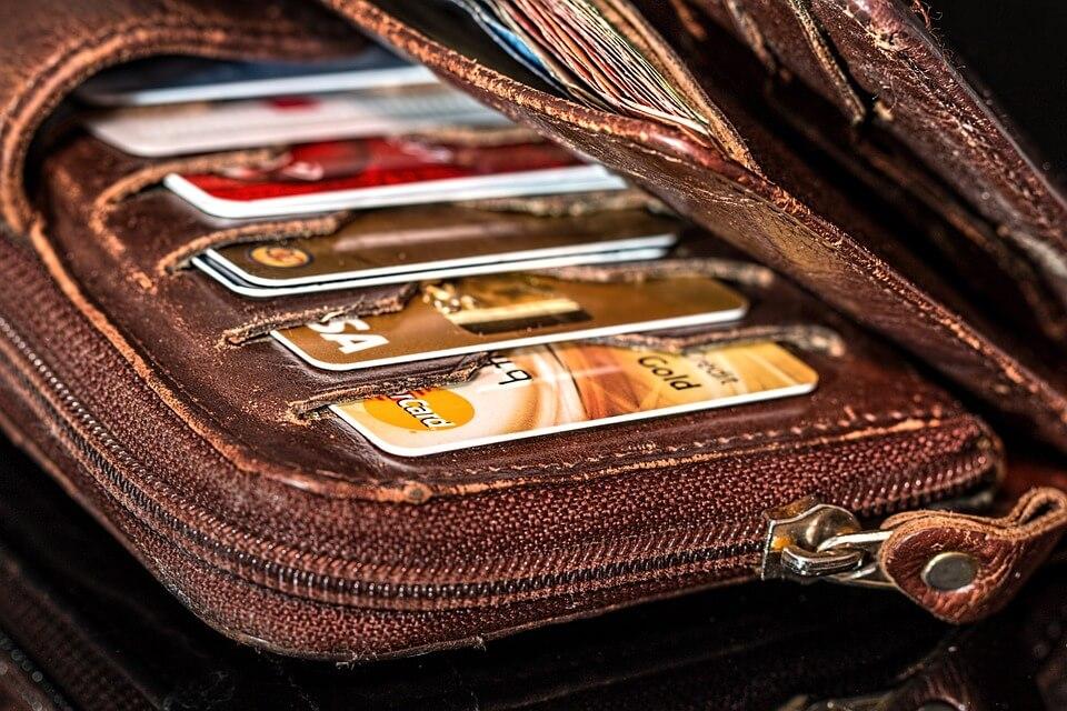 財布に入っている金色のカード